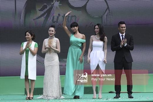 Chương trình còn có sự tham gia của Mỹ Linh, Linh Nga và Hà Anh. - Tin sao Viet - Tin tuc sao Viet - Scandal sao Viet - Tin tuc cua Sao - Tin cua Sao