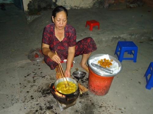 Lòng mẹ rực sáng trong đêm mưu sinh vất vả (ảnh chụp lúc 22h40). Ảnh: Lệ Hoa