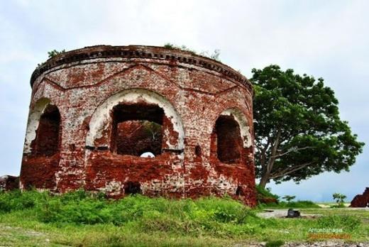 Lịch sử không để đảo Onrust được ngủ yênkể từ thế kỉ 17, khi nó được dùng làm bến tàu để đón những con tàu lớn từ châu Âu và bắt đầu chuỗi bi kịch. (Ảnh: Internet)