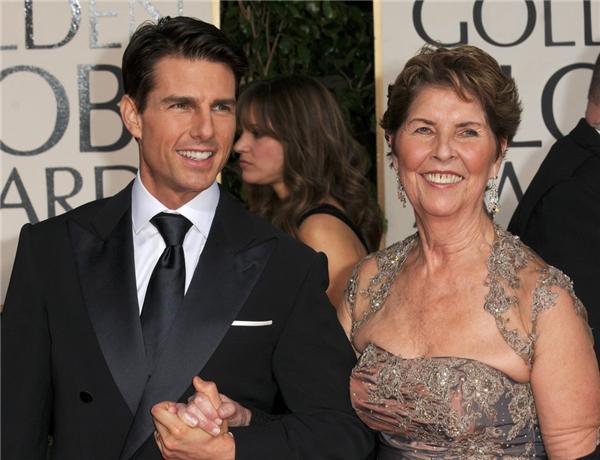 Tom Cruise giữ chặt tay mẹ Mary khi cùng đến tham dự lễ trao giải Quả cầu vàng năm 2011.