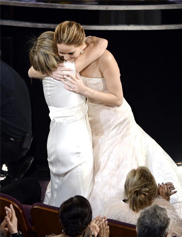 Jennifer Lawrence trao cho mẹ Karen một chiếc ôm thật chặt trước khi bước lên sân khấu nhận giải thưởng Oscar năm 2013.