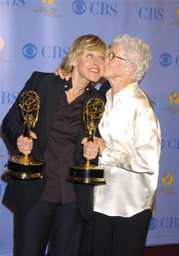 Khoảnh khắc ngọt ngào của ngôi sao truyền hình Ellen DeGeneres và mẹ Betty tại lễ trao giải Emmy năm 2005.