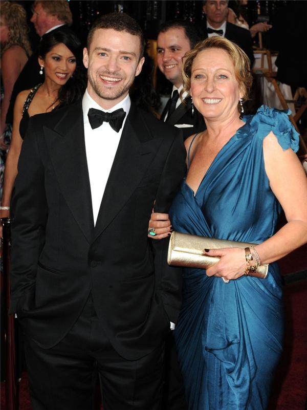 """Mẹ của Justin Timberlake - bà Lynn Harless- chính là """"bạn hẹn"""" của anh trong lễ trao giải Oscar năm 2011."""