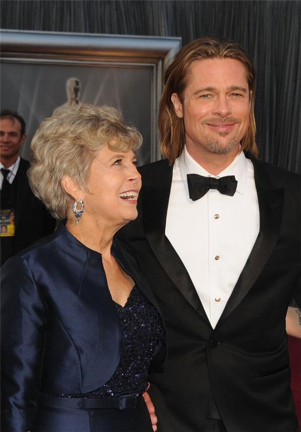 Brad Pitt đã đưa mẹ Jane đi cùng mình trên thảm đỏcủa lễ trao giải Oscar năm 2012.