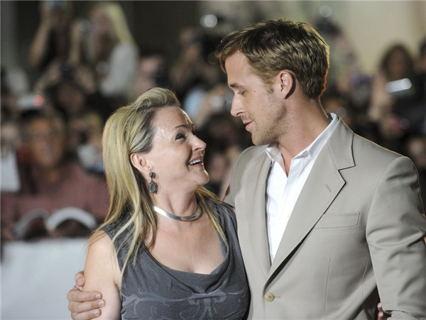 Ryan Gosling rất thường xuyên đưa mẹ Donna đến sự kiện. Cả hai nở nụ cười vô cùng hạnh phúc trong buổi công chiếu The Ides of March năm 2011.