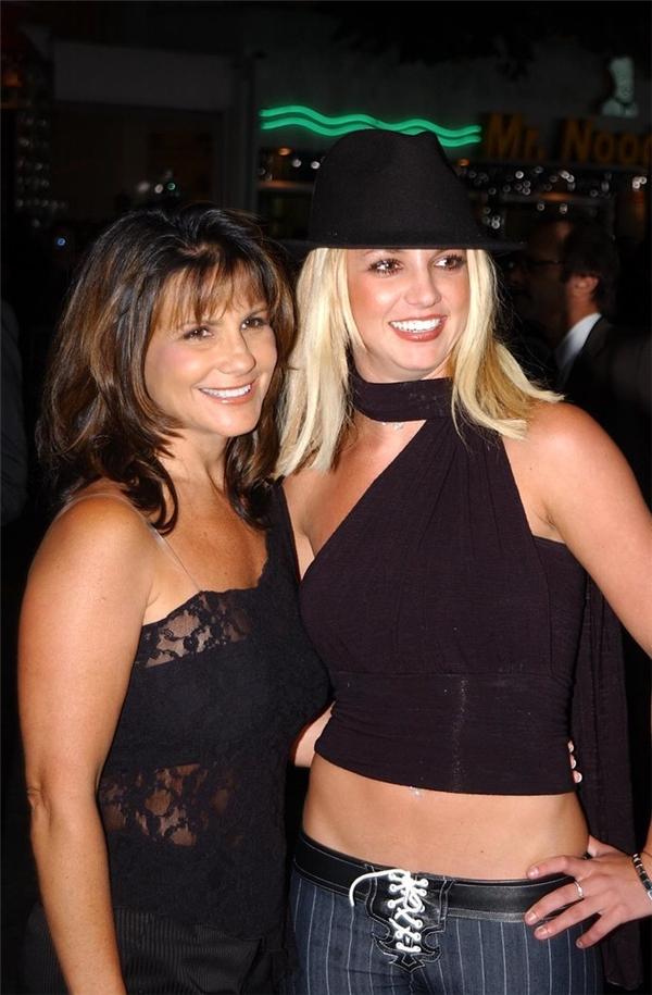 Britney Spears và mẹ Lynne cùng tham dự buổi công chiếu Four Feathers vào tháng 9/2002.