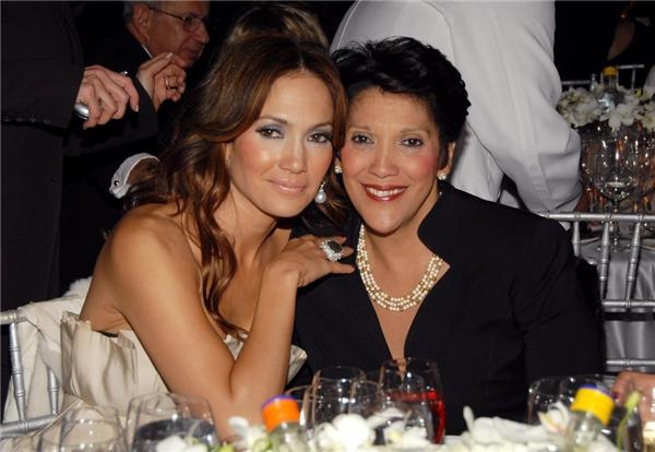 Jennifer Lopez đưa mẹ - bà Guadalupe- đến lễ trao giải ACE lần thứ 10 vào năm 2006.