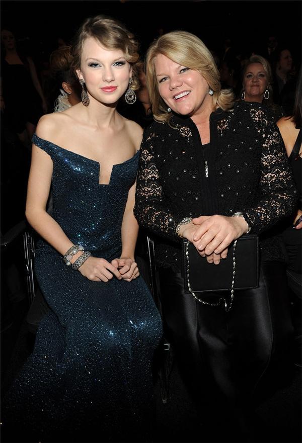 Taylor Swift và mẹ Andrea ngồi cạnh nhau tại lễ trao giải Grammy năm 2010.