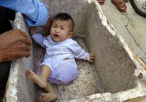 Bé gái 7 tháng tuổi bị bỏ rơi trong thùng xốp bên đường