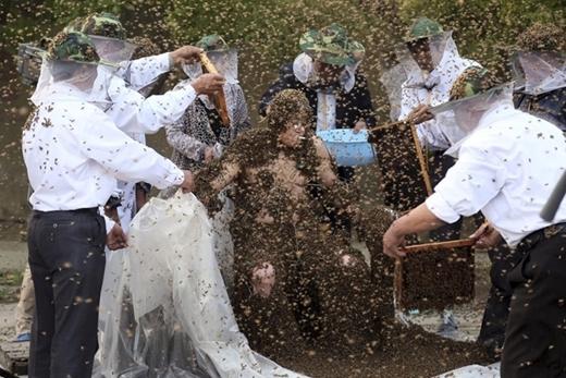 Ngày 25/7/2014 tại Taian, Trung Quốc, anh Gao Bingguo lập kỉlục thế giới với số lượng 326.000 con ong bay vù vù xung quanh và bám đầy trên người.