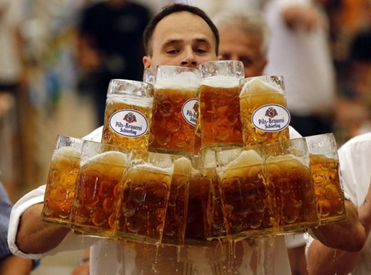 Người mang được nhiều cốc bia nhất thế giới là Oliver Struempfl với thành tích mang một lúc 27 cốc bia qua 40m ở Abensberg, Đức vào ngày 7/9/2014.