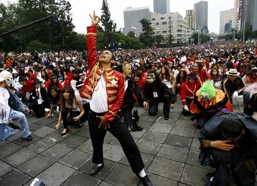 Hơn 12.000 fan cùng nhảy theo ca khúcThrillernổi tiếng của Michael Jackson ở Mexico City ngày 29/8/2009 để chào mừng sinh nhật lần thứ 51 của ca sĩ và lập kỷ lục thế giới.