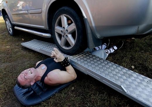 Người bị xe Jeep cán qua nhiều lần nhất là Attila Banyai ở Hungary với tổng cộng hơn 5 lần vào ngày 21/10/2012.