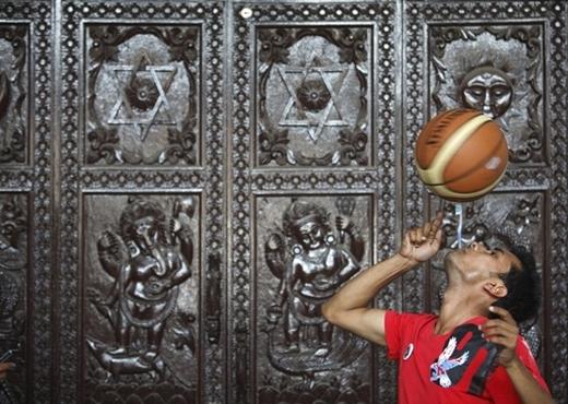 Kỉlục xoay bóng rổ bằng bàn chải đánh răng ngậm trong miệng lâu nhất thuộc về Thaneshwar Guragai với 22,41 giây vào ngày 19/4/2012.