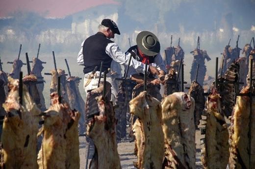 Kỉlục nướng barbecuethuộc về 30.000 người ở General Pico, Argentina với 12.713 kg bò vào ngày 20/3/2011.
