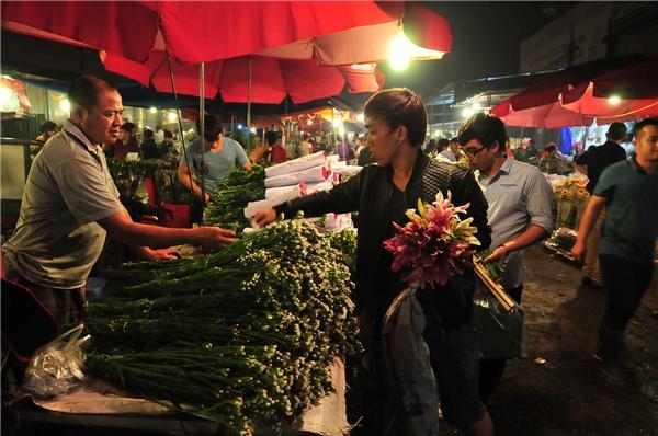 2h sáng ngày 20/10, chợ đêm Quảng Bá (Hà Nội) tấp nập người qua lại. Trong đó phần lớn là đấng mày râu.