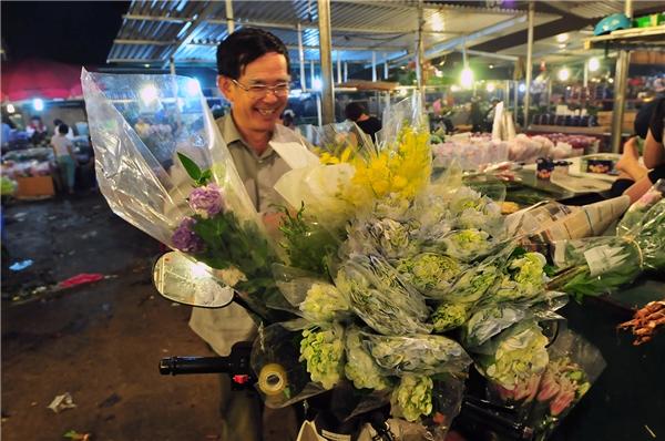 Bác Nguyễn Đăng Long 62 tuổi nhà tại Cầu Giấy cho biết năm nào vào ngày 20/10 bác cũng lên chợ Quảng Bá tự tay chọn hoa để dành tặng cho vợ và con gái.