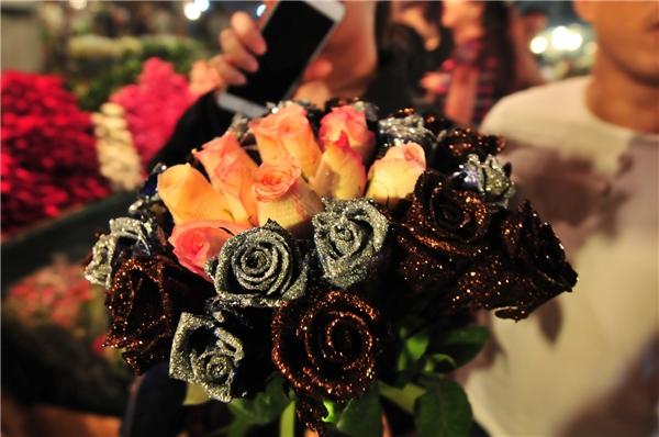 Hoa hồng được chọn mua nhiều nhất có giá 110.000 đồng/bó cho loại bình thường và 160.000 đồng/bó với loại đẹp.