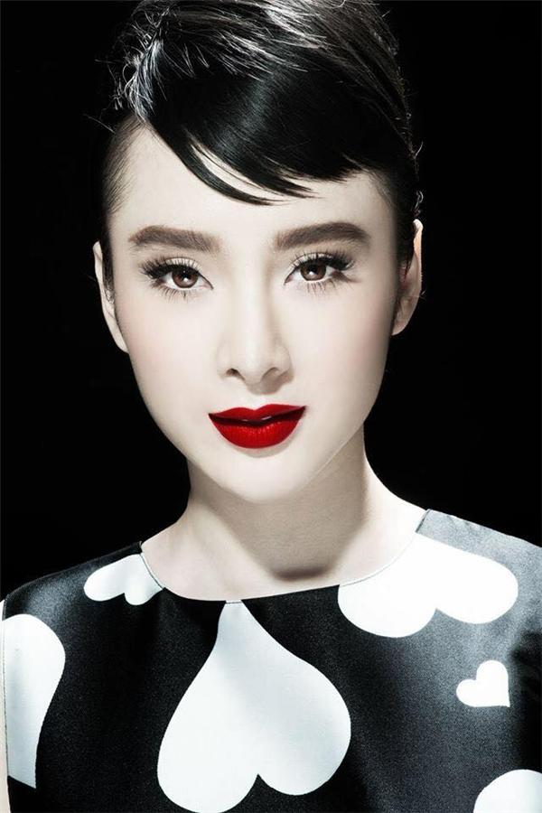 Angela Phương Trinh hóa thân thành huyền thoại Audrey Hepburn với màu son đỏ không thể nổi bật hơn.