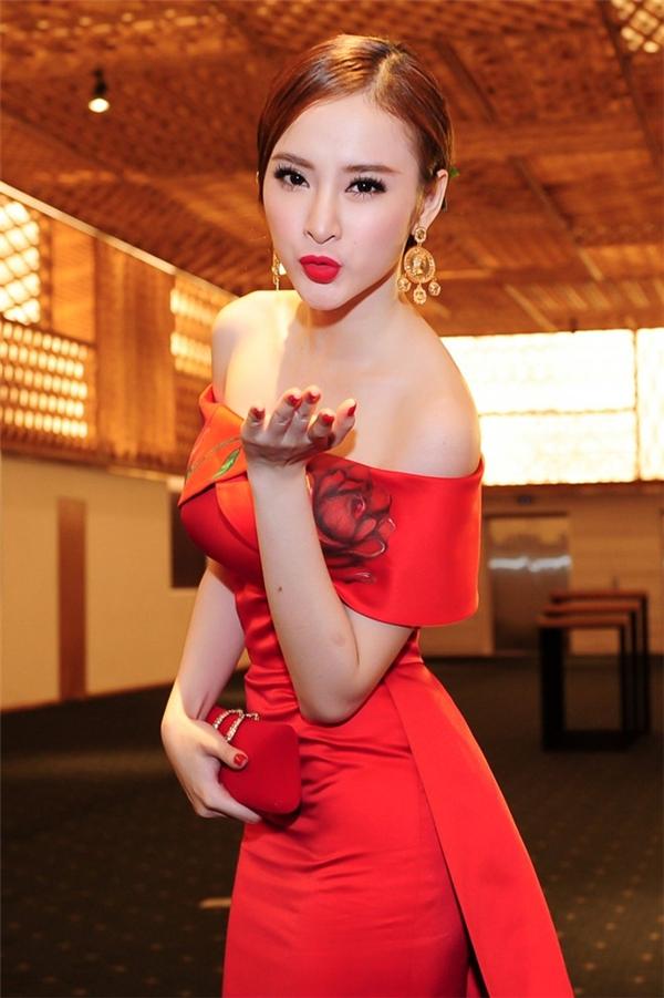 Sự kết hợp đồng điệu giữa màu sắc của trang phục cùng kiểu trang điểm luôn giúp Angela Phương Trinh ghi điểm tuyệt đối.