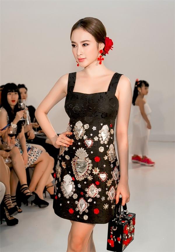 Bộ trang phục, phụ kiện được đính kết kì công có tông màu nổi được Angela Phương Trinh khéo kéo tiết chế khi sử dụng màu môi nhạt.