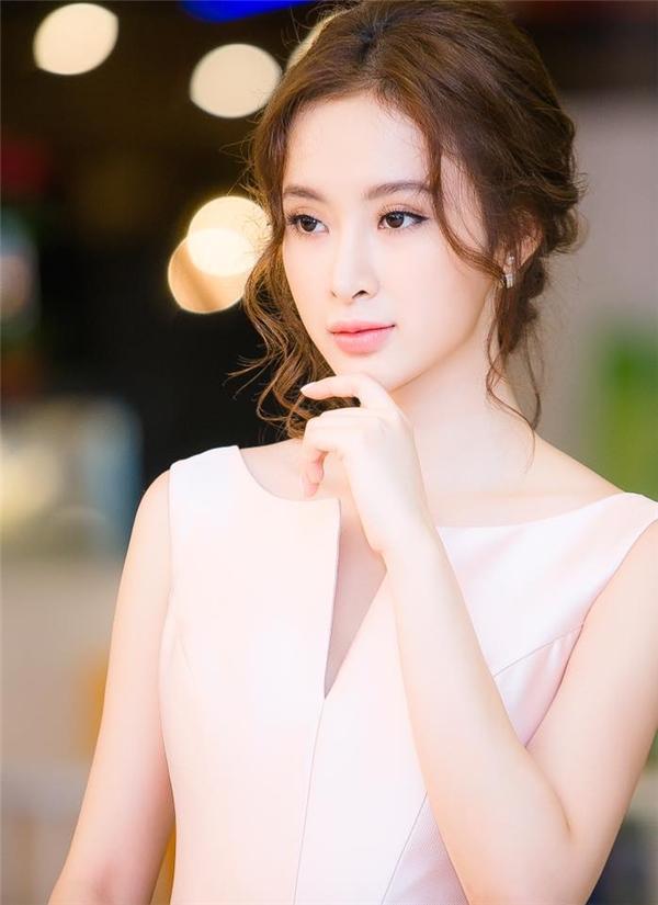 Nhẹ nhàng, thanh tao nhưng vẫn tràn đầy sức quyến rũ đến từ màu môi hồng nude của Angela Phương Trinh.