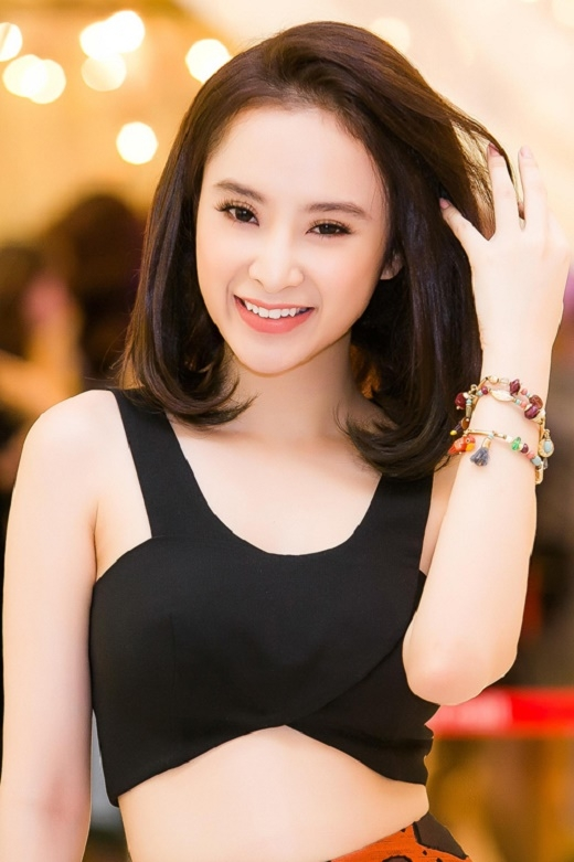 Bên cạnh sắc đỏ truyền thống, Angela Phương Trinh có vẻ ưa chuộng kiểu trang điểm tự nhiên với lớp nền mỏng, màu mắt khói, nâu đồng kết hợp son hồng hay cam nude trẻ trung.