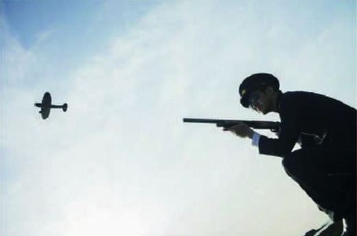 Anh línhđang ngắm bắn máy bay...