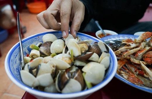 Quận 4 nổi tiếng với những món ốc cực kì đa dạng, ngon miệng, được người Sài Gòn yêu thíchmà nghêu hấp sả là một trong số đó. (Nguồn:Internet)