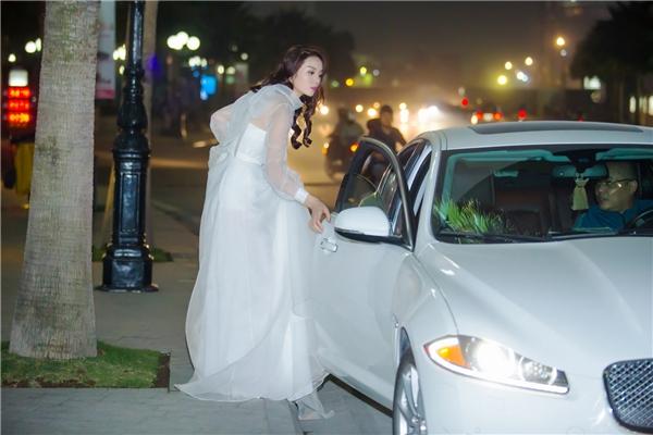 Bố Kỳ Duyên cũng rất quan tâm đến con gái út khi lái ô tô chở cô và mẹ đến địa điểm diễn ra chương trình. - Tin sao Viet - Tin tuc sao Viet - Scandal sao Viet - Tin tuc cua Sao - Tin cua Sao