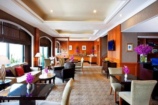Mỗi buổi chiều cuối tuần, khách sạn Sheraton lại tổ chức một buổi tiệc trà đúng chuẩntại khu vựctiền sảnh, thu hút khách trung lưu và thượng lưu tham gia thưởng thức.(Nguồn: Internet)