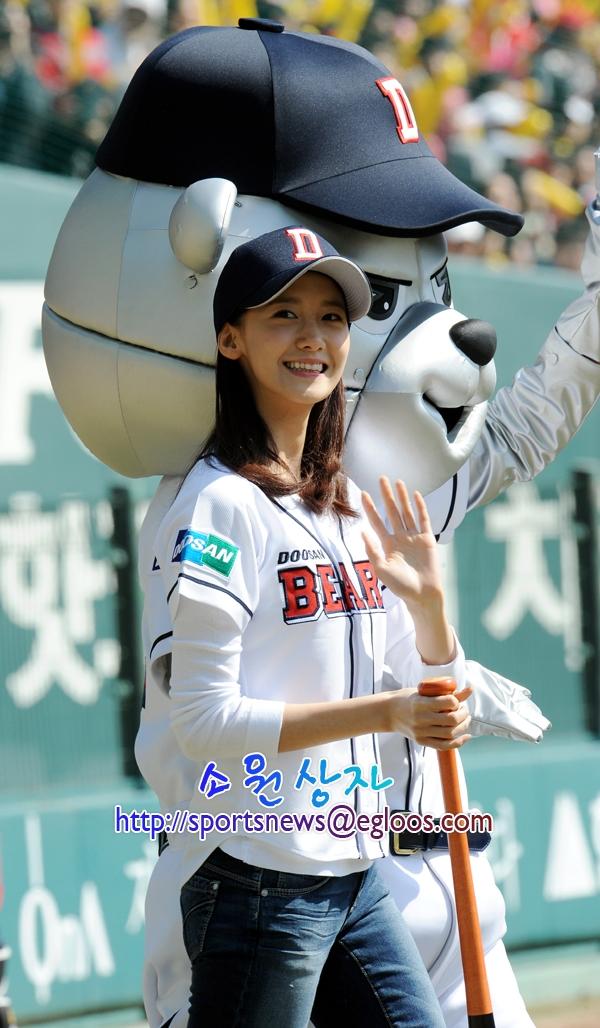 So với hình ảnh của năm 2009 và 2011, nhan sắc và cả dáng vẻ của Yoona dường như không có gì thay đổi.