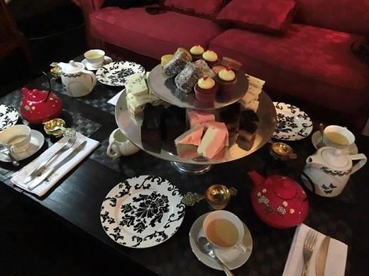 Không gìbằng một buổi chiều mát trời được nhâm nhi bánh ngọt và uống trà trong không gian cổ kính, sang trọng củaVilla Royale Antiques & Tea Room.(Nguồn: Internet)
