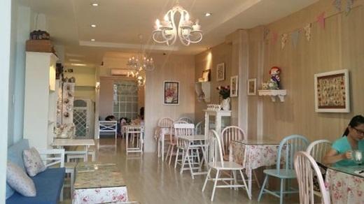 Nằm ẩntrong một chung cư cũ trên đường Nguyễn Huệ là quán cà phê nhỏ chuyên về trà chiều. Partea không mang vẻ sang trọng và cổ kính như phần lớn những quán cà phê trà chiều khác, mà lại được trang trí theo phong cách nữ tính, nhẹ nhàng với tông pastel hài hòa.(Nguồn: Internet)
