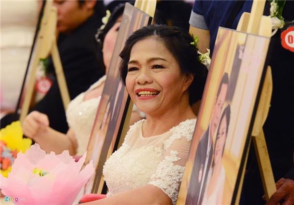 """Bà Hạnh chia sẻ: """"Vừa vui vừa sung sướng, 30 năm trước hai vợ chồng chỉ ra mắt hai họ mà không thể tổ chứcđượcđám cướiđàng hoàng. Không ngờđến tuổi này tôi vẫnđược mặcáo cô dâu""""."""
