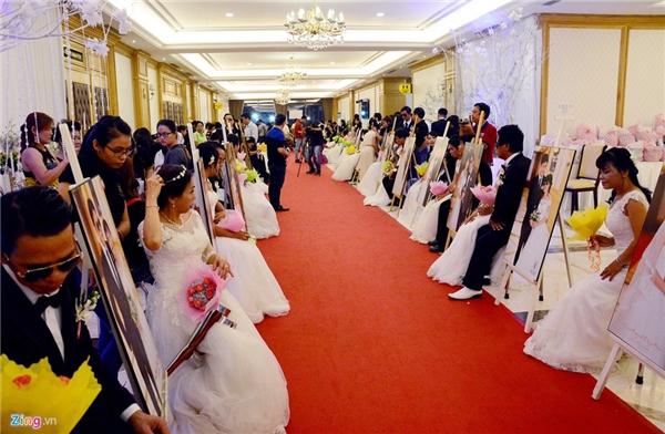"""Lễ cưới tập thể vì cộng đồng 2015 mang tên """"Thắp sáng yêu thương - vẹn tròn hạnh phúc"""" diễn ra vui vẻ, giản dị tại một Trung tâm hội nghị. Chương trình doHiệp hội Giáo dục nghề nghiệp TP HCM tổ chức."""
