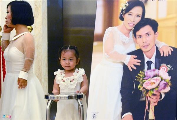 Khá nhiều cặpđôi đưa con đến cùng làm lễ cưới với bố mẹ. Trong ảnh: Bé My (3 tuổi), là kết quả của tình yêu giữa anh Nguyễn Thành Nhân và chị Trần Thị Dòn (Vũng Tàu).