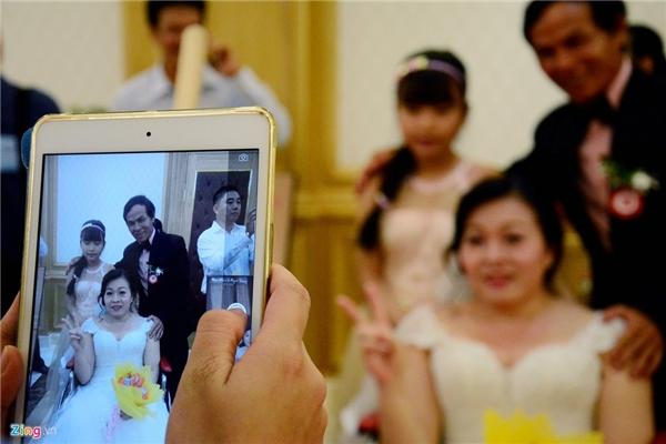 Các cặp đôi cùnggiađình,người thân hai họ lưu lại khoảnh khắc trong ngày trọng đại.