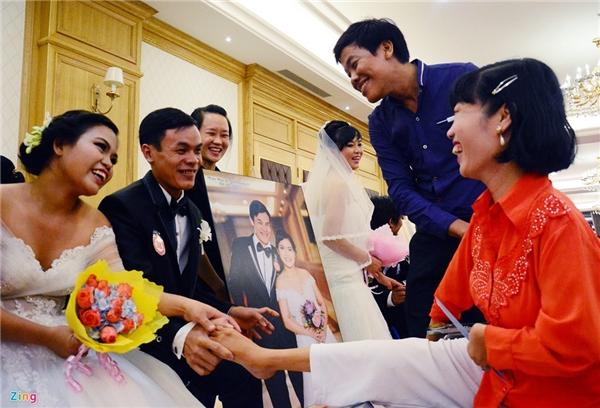 Cái bắt tay đặc biệtcủa cô dâu, chú rể và khách mời.