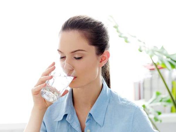 Uống 2 lít nước không còn là quy tắc vàng cho sức khỏe nữa.