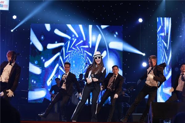 """Mở đầu đêm nhạc, Mỹ Tâm đã khiến khán giả """"đứng ngồi không yên"""" với giai điệu sôi động cùng Do it (Niềm tin) và Trắng đen. - Tin sao Viet - Tin tuc sao Viet - Scandal sao Viet - Tin tuc cua Sao - Tin cua Sao"""