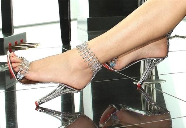Đôi giày cao gót đắt đỏ được bảo hành trọn đời.