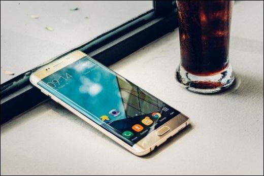 """Theo lời lão thì Galaxy S6 Edge+ nhìn chung gọn hơn iPhone 6 Plus, nhưng màn hình lại lớn hơn 0.2"""" nhờ """"ăn gian"""" phần cong của 2 cạnh."""