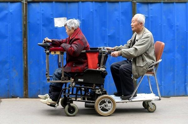 Với chiếc xe tự chế này, ông bà có thể đi cùng nhau đến mọi nơimà không tốn nhiều công sức. (Ảnh: Internet)
