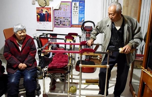 Cụ ông 79 tuổi chế tạo xe lăn độc đáo để chở-vợ-đi-khắp-thế-gian