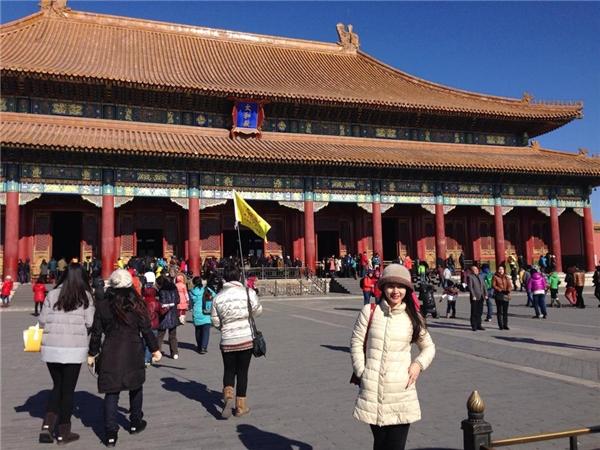 Mai Chi tại một trong những địa điểm nổi tiếng ở Bắc Kinh. - Tin sao Viet - Tin tuc sao Viet - Scandal sao Viet - Tin tuc cua Sao - Tin cua Sao