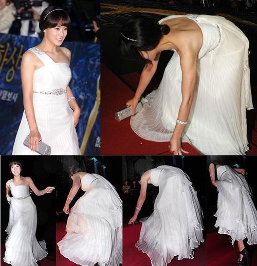 """Cũng tại lễ trao giải Rồng Xanh, chiếc váy xòe quá dài cùng đôi giày cao gót đã """"phản bội"""" Ryu Hyun Kyung khiến nữ diễn viên được phen đỏ mặt trước cánh báo chí và khán giả."""