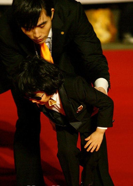 Không chỉ có Lee Min Ho mà cả sao nhí Wang Suk Hyun cũng một phen lao đao vì ngã suýtdập mặt tại lễ trao giải danh giá này. Cậu bé phải nhờ đến tiền bối đi cùng đỡ dậy để tiếp tục tiến vào khu vực chụp ảnh.