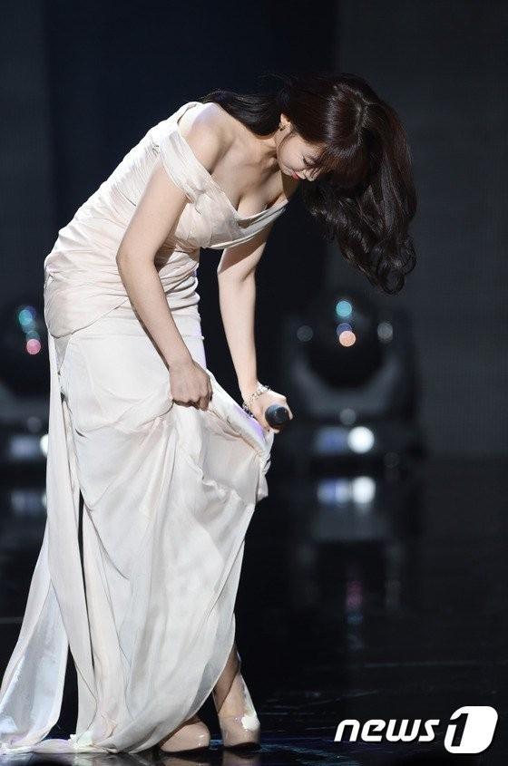"""Nếu không nhanh chóng dừng lại để chỉnh chiếc đầm dài thì có lẽ Eunjung (T-ara) sẽ được dịp mất mặt trước """"bàn dân thiên hạ"""" vì khả năng vấp té là vô cùng cao."""