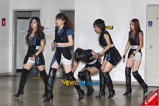 """May nhờ cô bạn Nicole đứng cạnh nhanh chóng đưatay ra đỡ màSeungyeon (Kara)thoátmột bàn thua trông thấy vì đôi bốt """"phản chủ""""."""